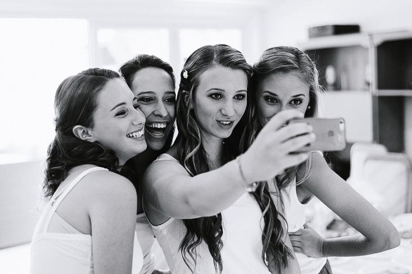 bridesmaids-taking-selfie-photography