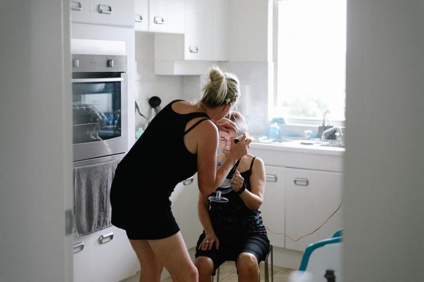 bridesmaid-spraying-hairspray