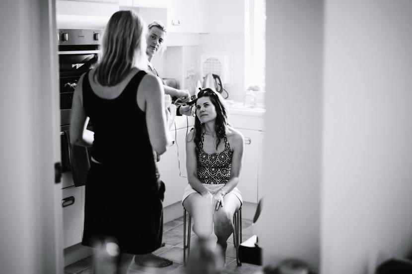 bridesmaid-hair-in-kitchen