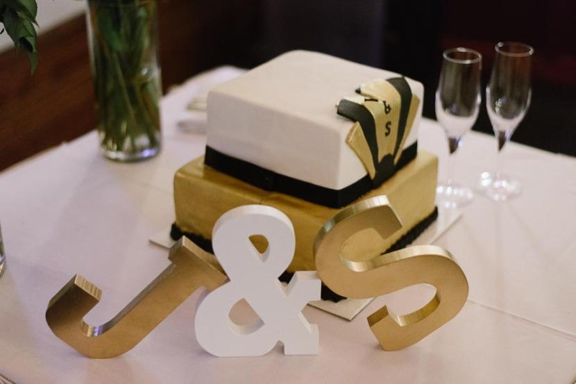 wedding-cake-on-table