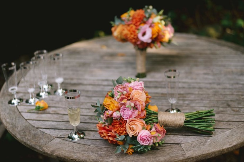 wedding-flowers-on-wooden-table
