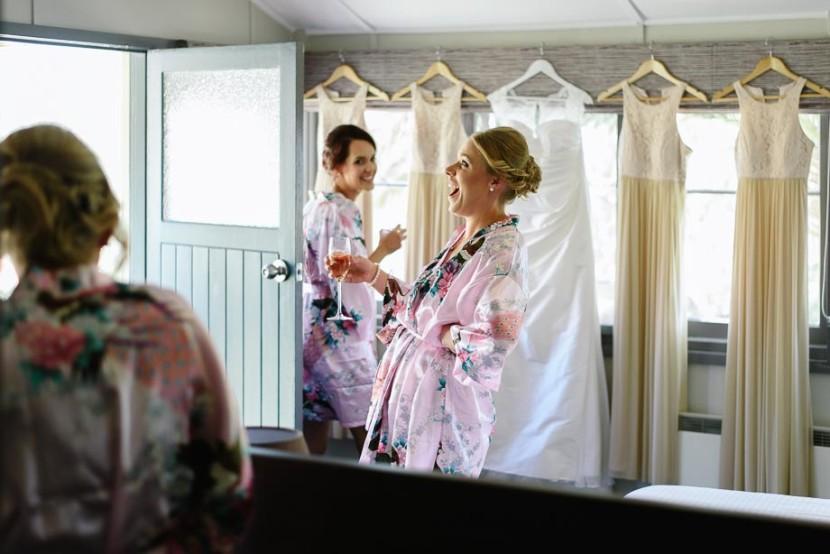 bridesmaids-laughing-in-bedroom