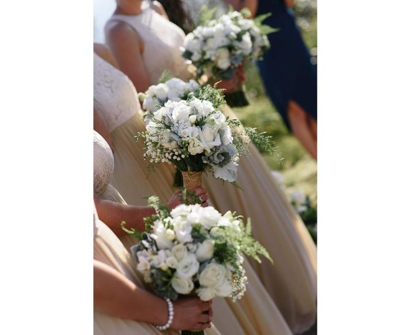 bridesmaids-holding-wedding-flowers