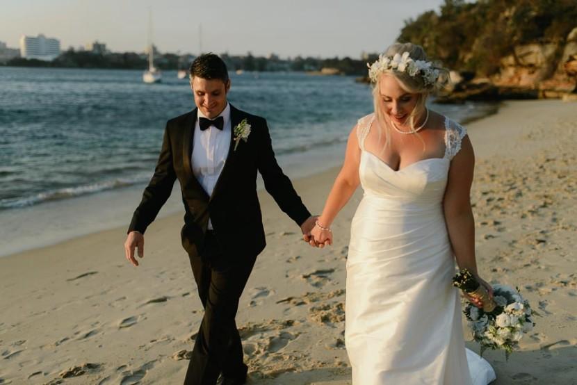 bride-groom-walking-on-beach