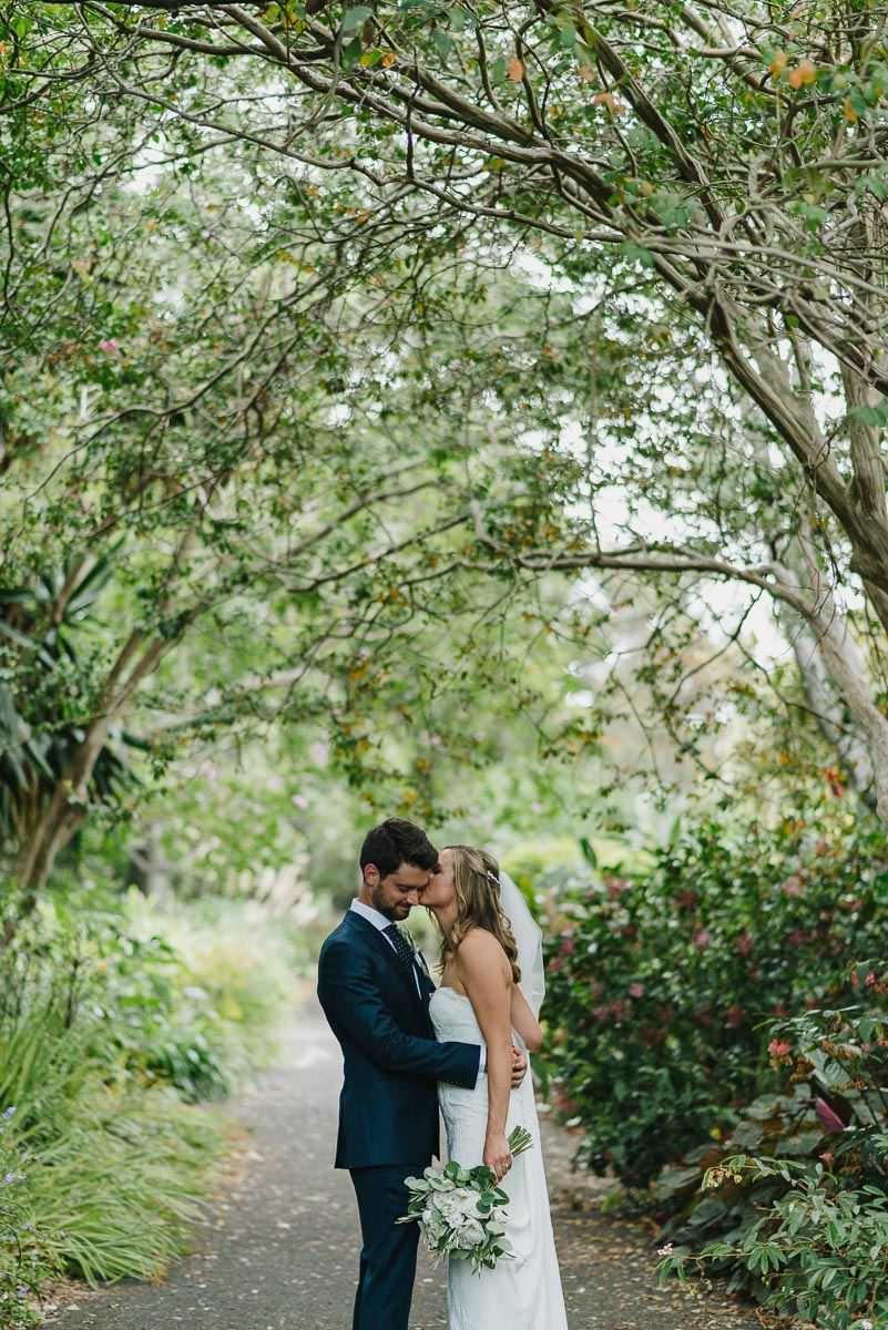 bride-groom-kissing-sydney-botanical-gardens